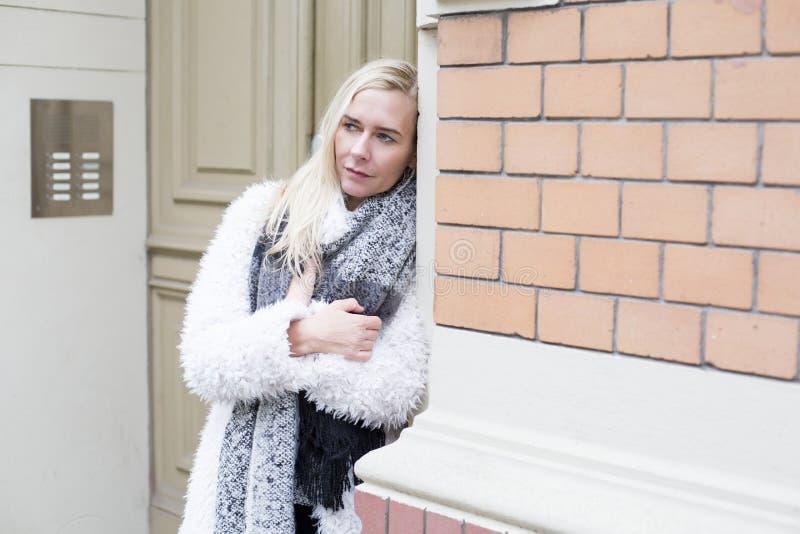 Женщина стоя на двери стоковые изображения