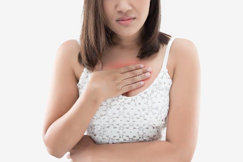 Женщина страдая от изжоги на серой предпосылке стоковое фото rf