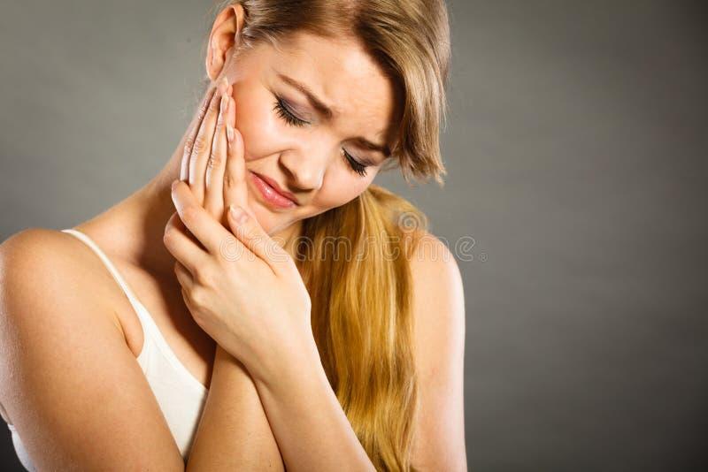женщина страдая от боли зуба стоковая фотография rf