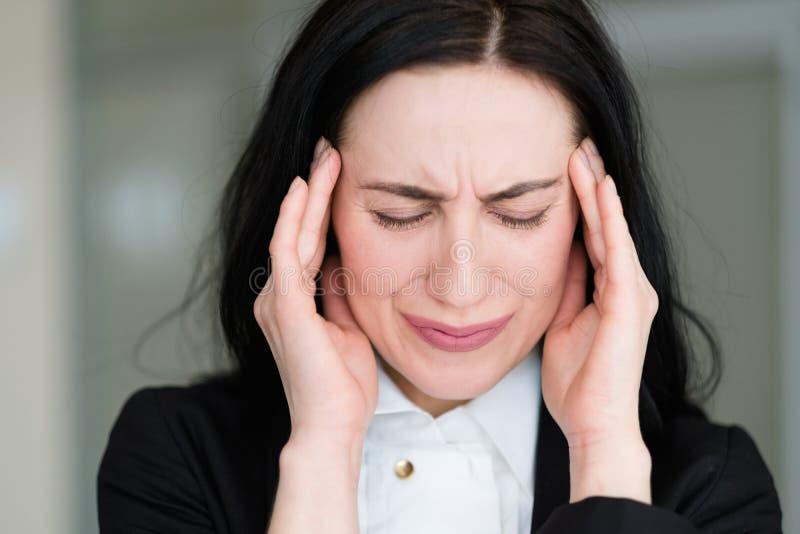 Женщина стресса тревоги беспокойства тревожности плохой новости эмоции стоковая фотография