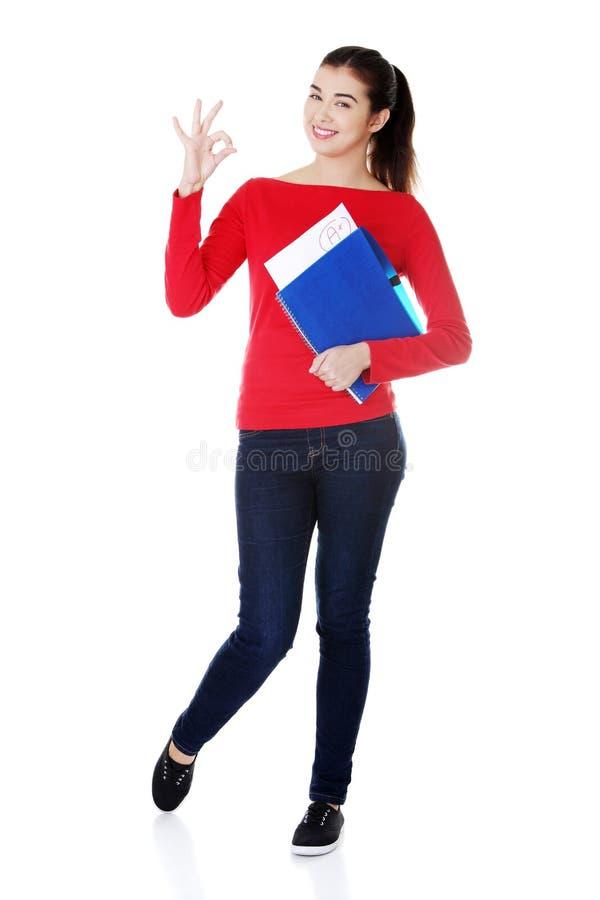 Женщина студента показывая ее совершенный результат экзамена стоковая фотография