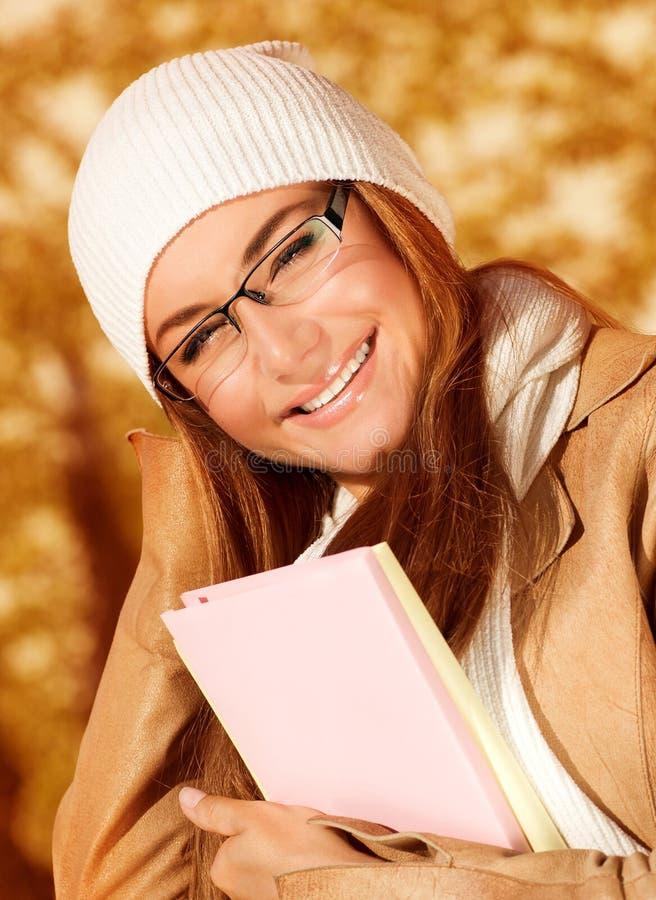 Женщина студента в парке осени стоковая фотография rf