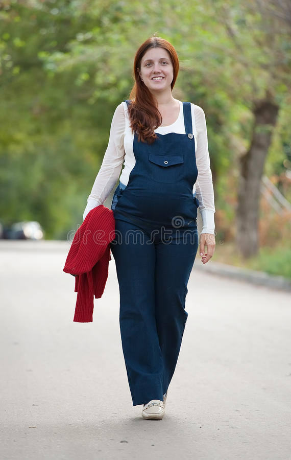 женщина супоросого stree гуляя стоковое изображение rf