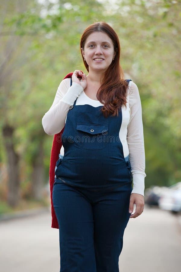 женщина супоросой улицы гуляя стоковые изображения rf