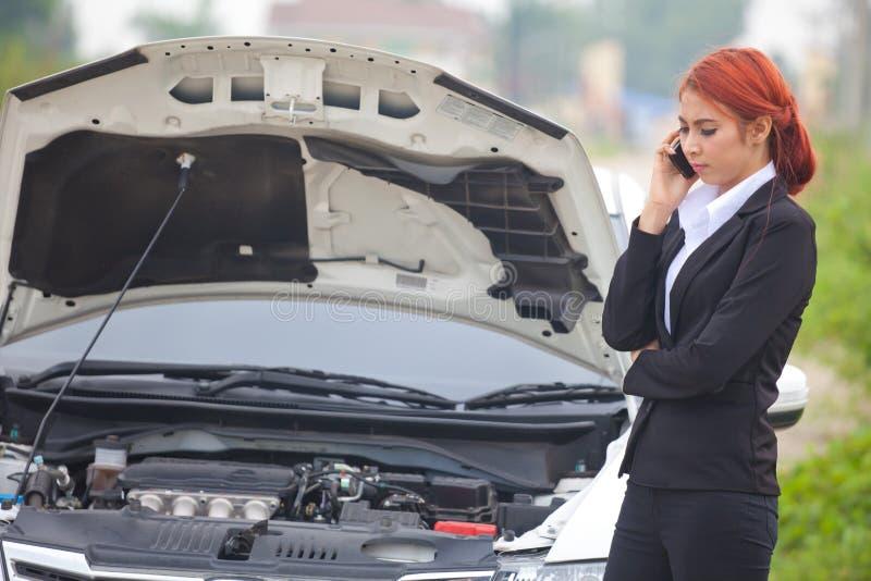 Женщина с автомобилем сломала вниз стоковое изображение rf