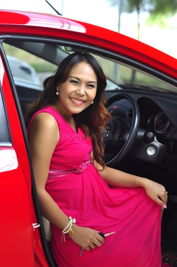 Download Женщина с автомобилем стоковое фото. изображение насчитывающей каникула - 37931456