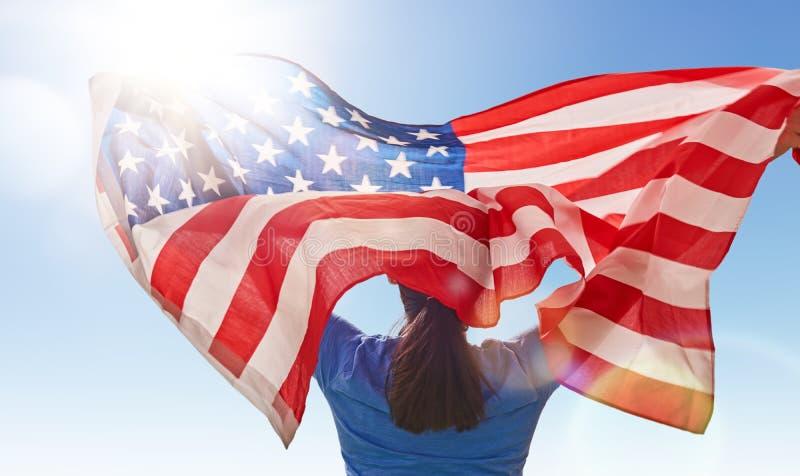 Женщина с американским флагом стоковые фотографии rf