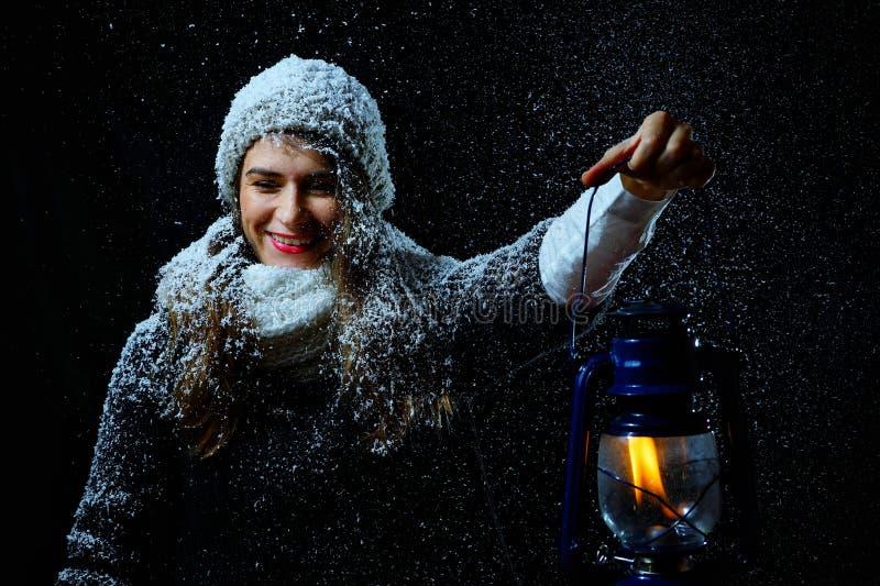 Женщина с лампой в ноче зимы стоковая фотография rf