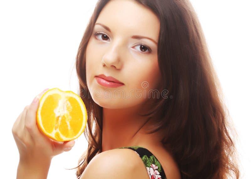Download Женщина с апельсинами в ее руках Стоковое Фото - изображение насчитывающей здоровье, мило: 37926470