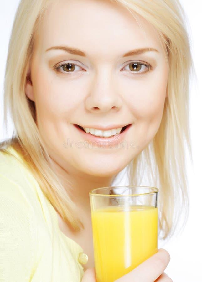 Женщина с апельсиновым соком на белой предпосылке стоковое фото