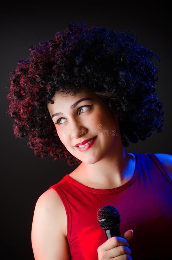 Женщина с афро стилем причёсок поя стоковое фото rf