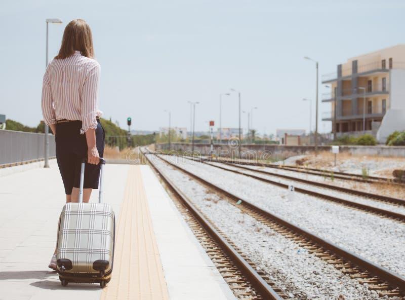 Женщина с багажем стоковое изображение