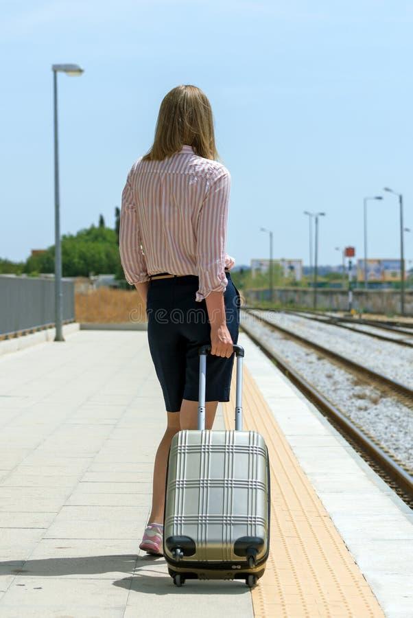 Женщина с багажем стоковые изображения
