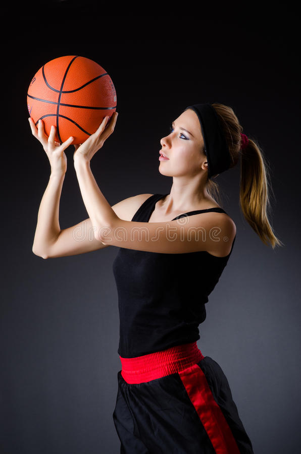 Женщина с баскетболом в концепции спорта стоковая фотография rf