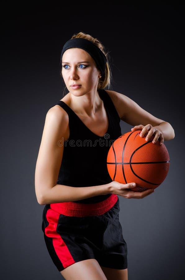 Женщина с баскетболом в концепции спорта стоковые фото
