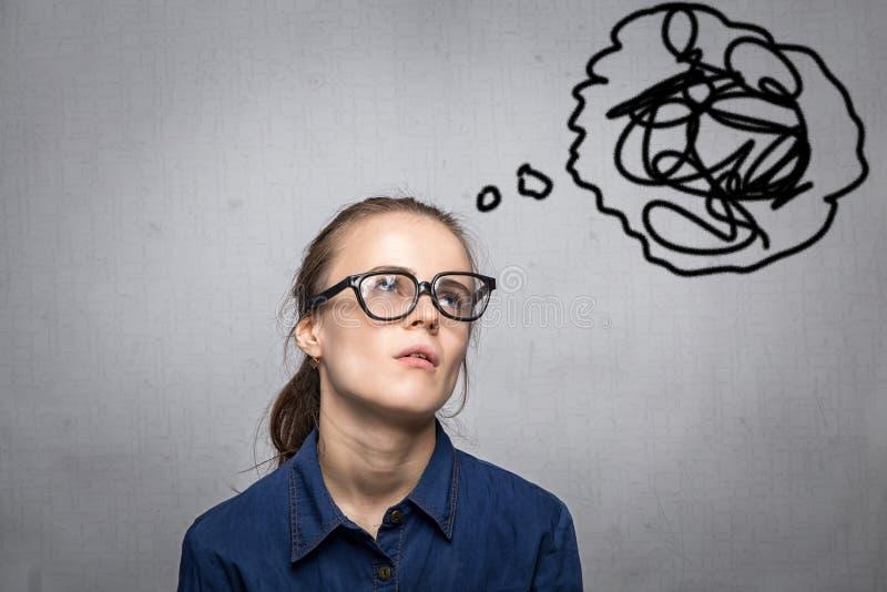 Женщина с беспорядком в мыслях стоковые изображения