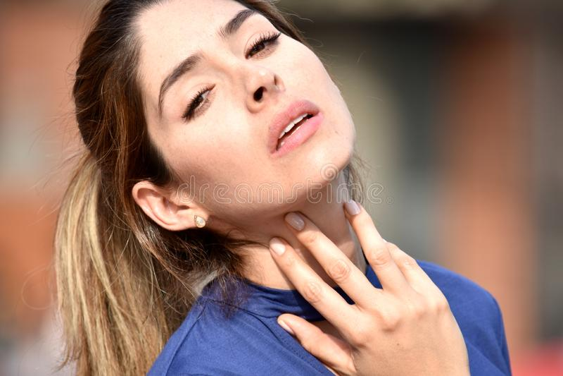 Женщина с болью в горле стоковое изображение rf