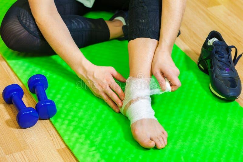 Женщина с болью ноги ушиба спорта стоковые изображения rf
