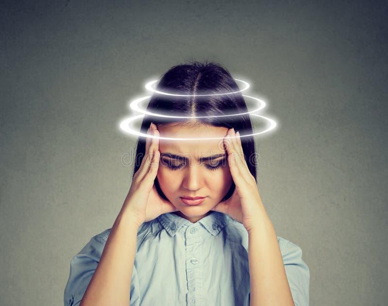 Женщина с боязнью высоты Молодой женский пациент страдая от головокружения стоковое изображение rf