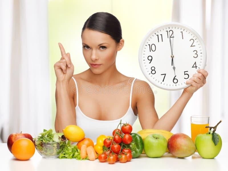 Женщина с большими часами стоковое фото rf