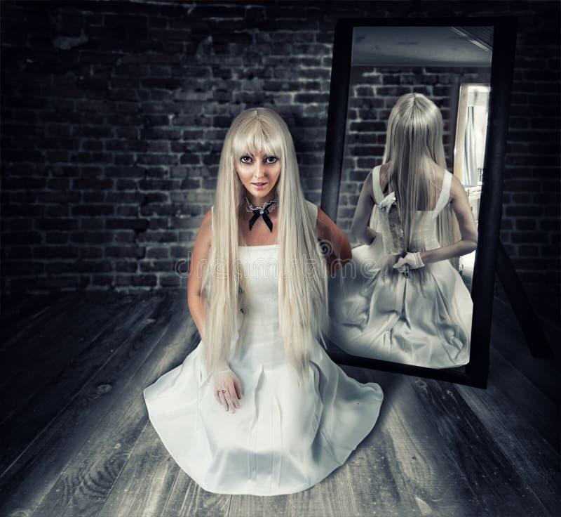 Женщина с большим ножом в отражении зеркала стоковое фото rf