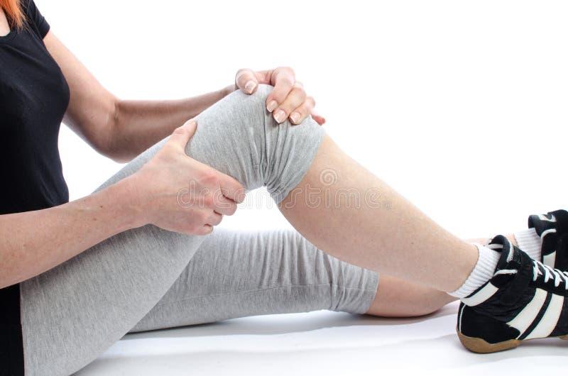 Женщина с болью колена стоковое фото rf