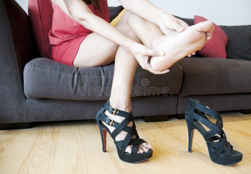 Женщина с болью ноги стоковая фотография rf