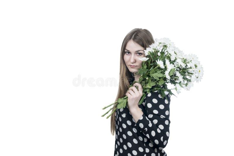 Женщина с букетом на ее плече стоковые фотографии rf