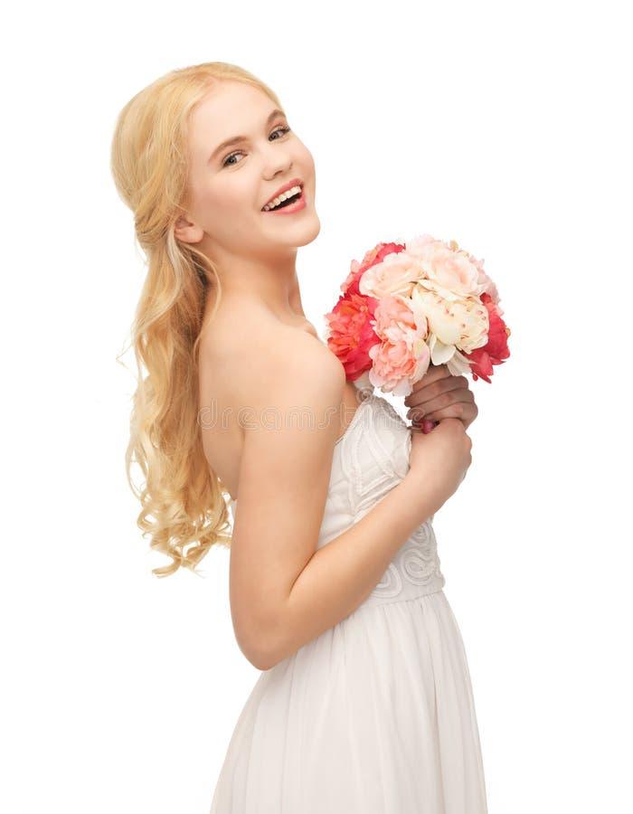 Женщина с букетом цветков стоковые изображения rf
