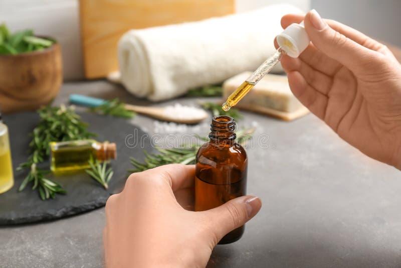 Женщина с бутылкой эфирного масла стоковые изображения