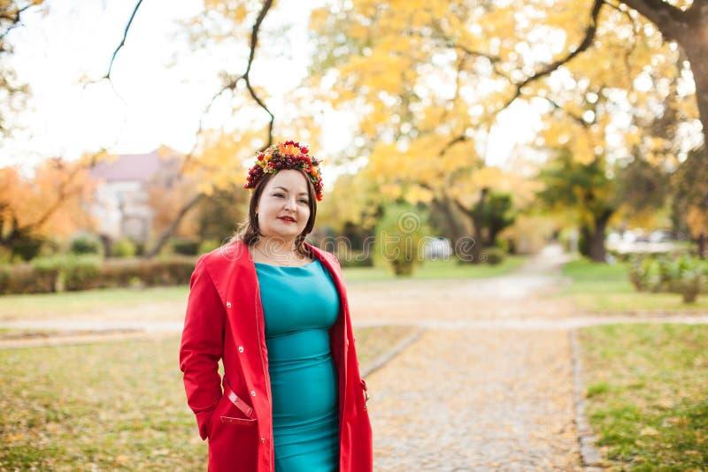 Женщина с венком осени стоковая фотография rf
