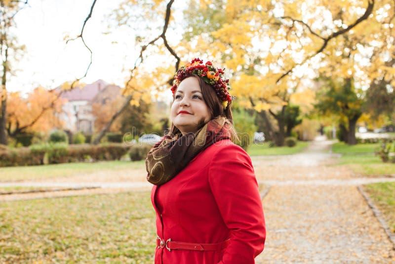 Женщина с венком осени стоковое фото rf