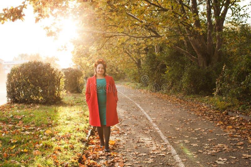 Женщина с венком осени стоковые фотографии rf