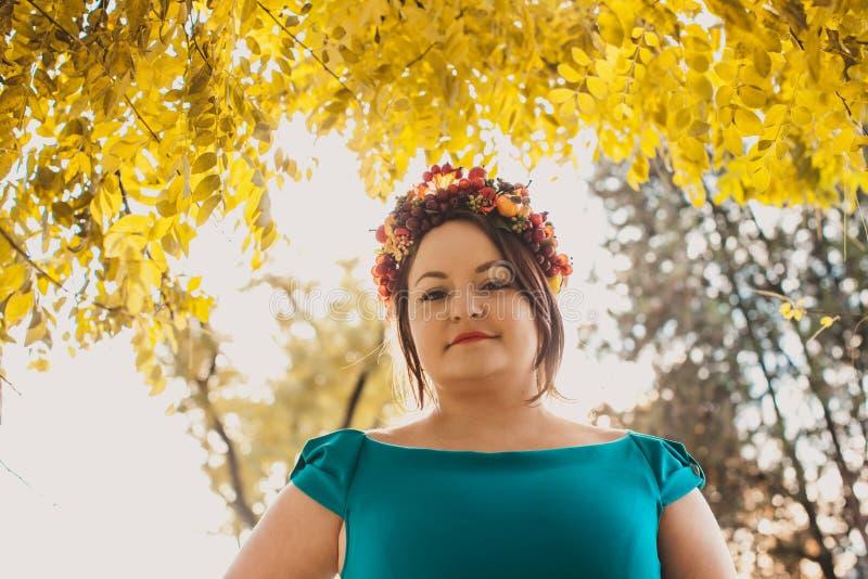 Женщина с венком осени стоковое изображение rf