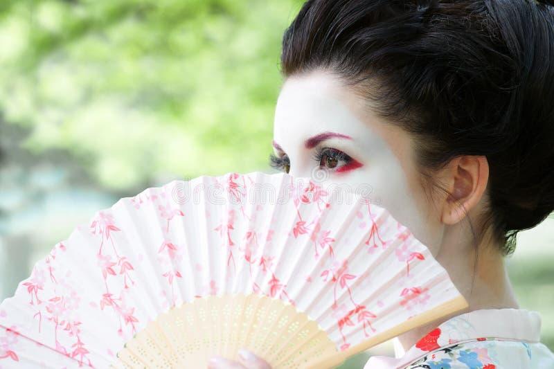 Женщина с вентилятором, азиатский портрет типа стоковая фотография rf