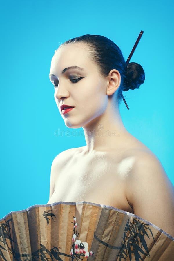 Женщина с вентилятором стоковое фото rf