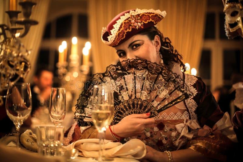 Женщина с вентилятором на партии стоковые изображения rf