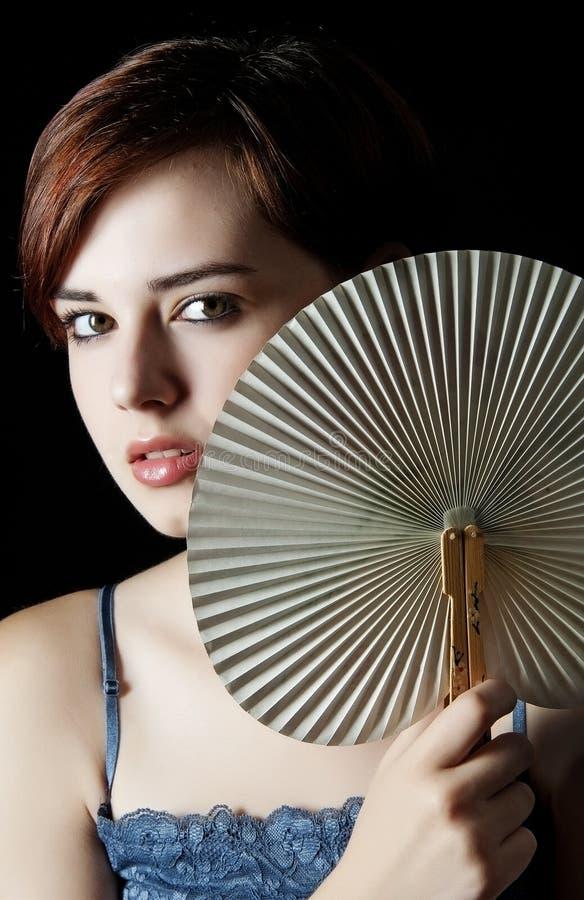 Женщина с вентилятором стоковое изображение