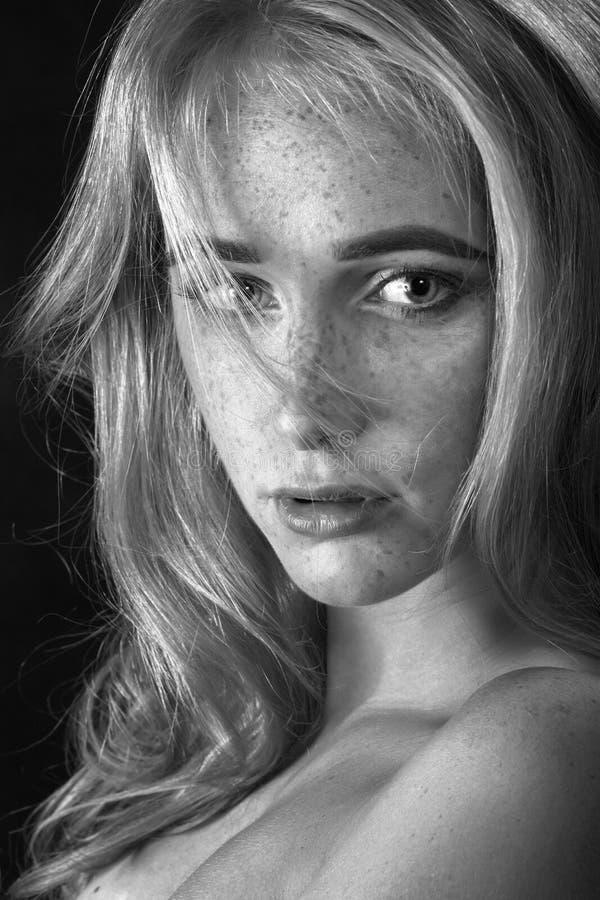 Женщина с веснушками стоковое изображение