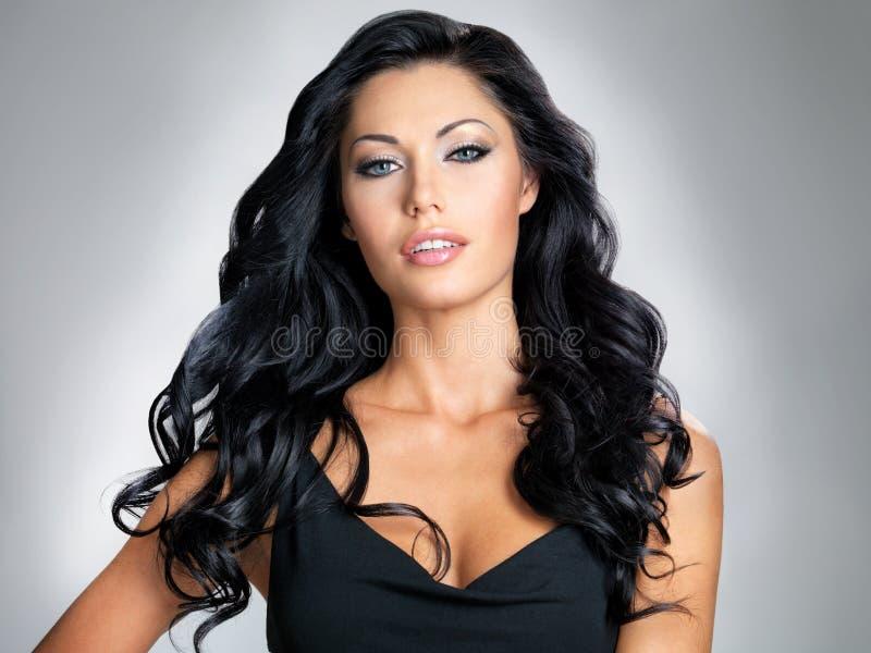 Женщина с волосами красотки длинними стоковое фото