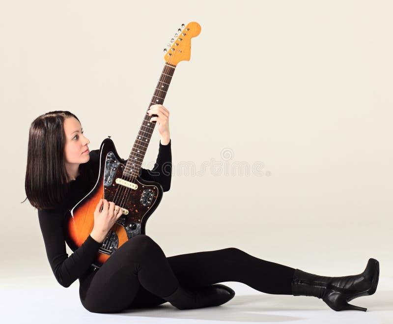 Женщина с гитарой. стоковое изображение