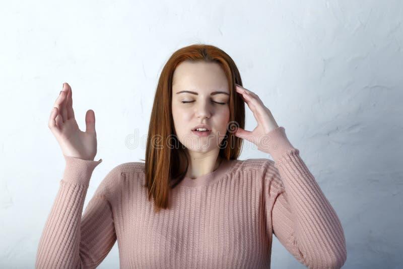 Женщина с головной болью держа ее руку к голове стоковое изображение rf