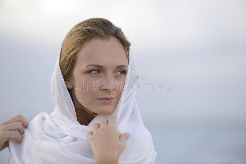 Женщина с головным шарфом на пляже стоковые фотографии rf