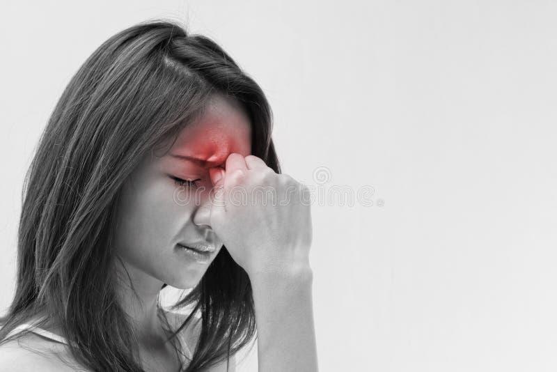 Женщина с головной болью, мигренью, стрессом, инсомнией, похмельем стоковое изображение rf