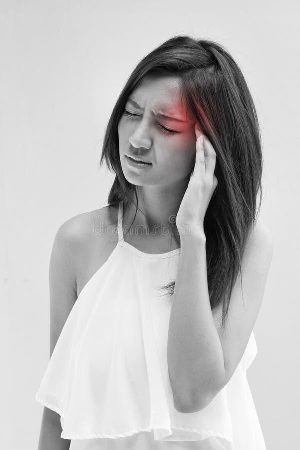 Женщина с головной болью, мигренью, стрессом, инсомнией, похмельем стоковая фотография rf