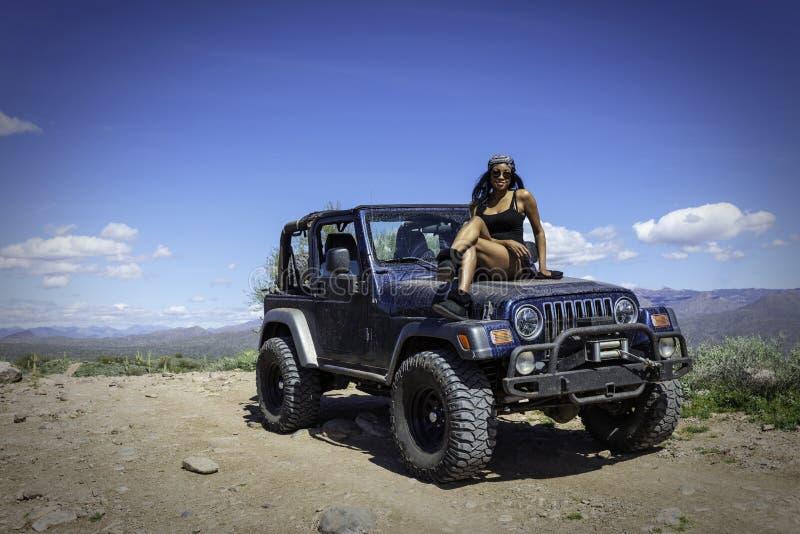 Женщина с джипом в пустыне Аризона стоковые фотографии rf