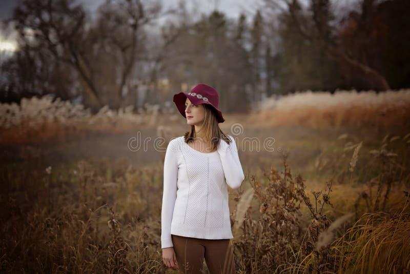 Женщина с длинными волосами, шляпой fedora стоковая фотография