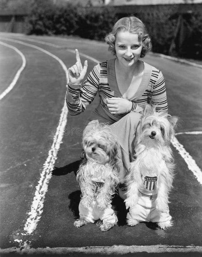 Женщина с ее 2 собаками на трассе (все показанные люди более длинные живущие и никакое имущество не существует Tha гарантий поста стоковое изображение