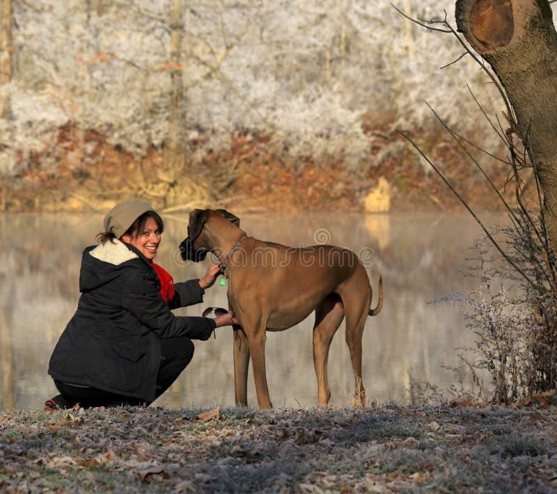 Женщина с ее собакой стоковое изображение