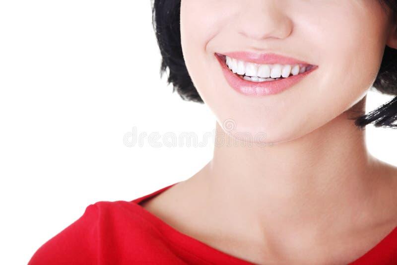 Женщина с ее совершенными прямыми белыми зубами. стоковые изображения